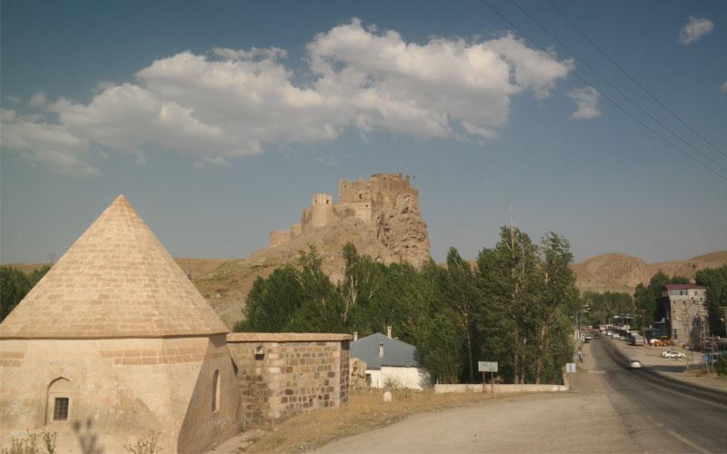 Hoşap Kalesi, İpekyolu coğrafyasını gözleyen bir kale olarak inşa edilmiş.